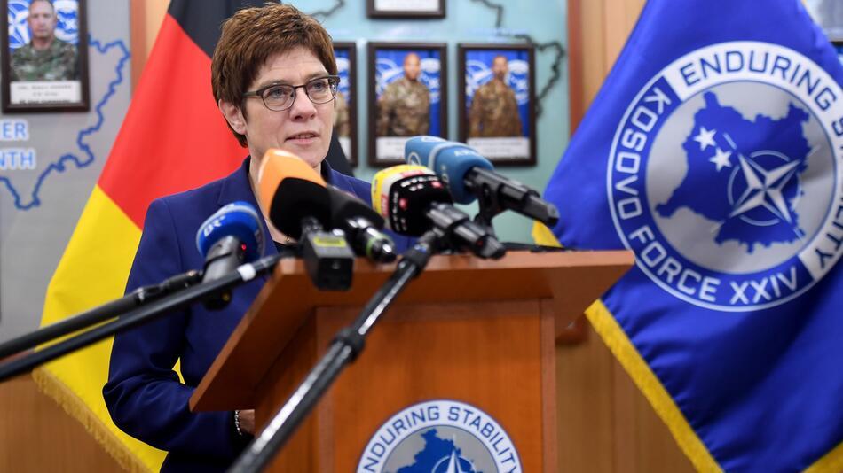 Verteidigungsministerin Kramp-Karrenbauer im Kosovo