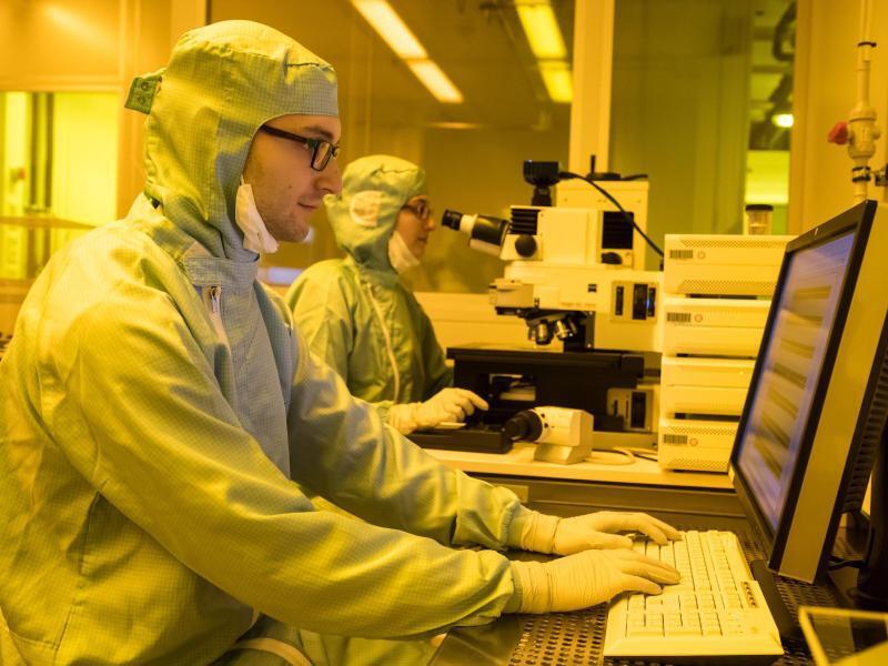 Bild zu Arbeit am Elektronen-Rastermikroskop