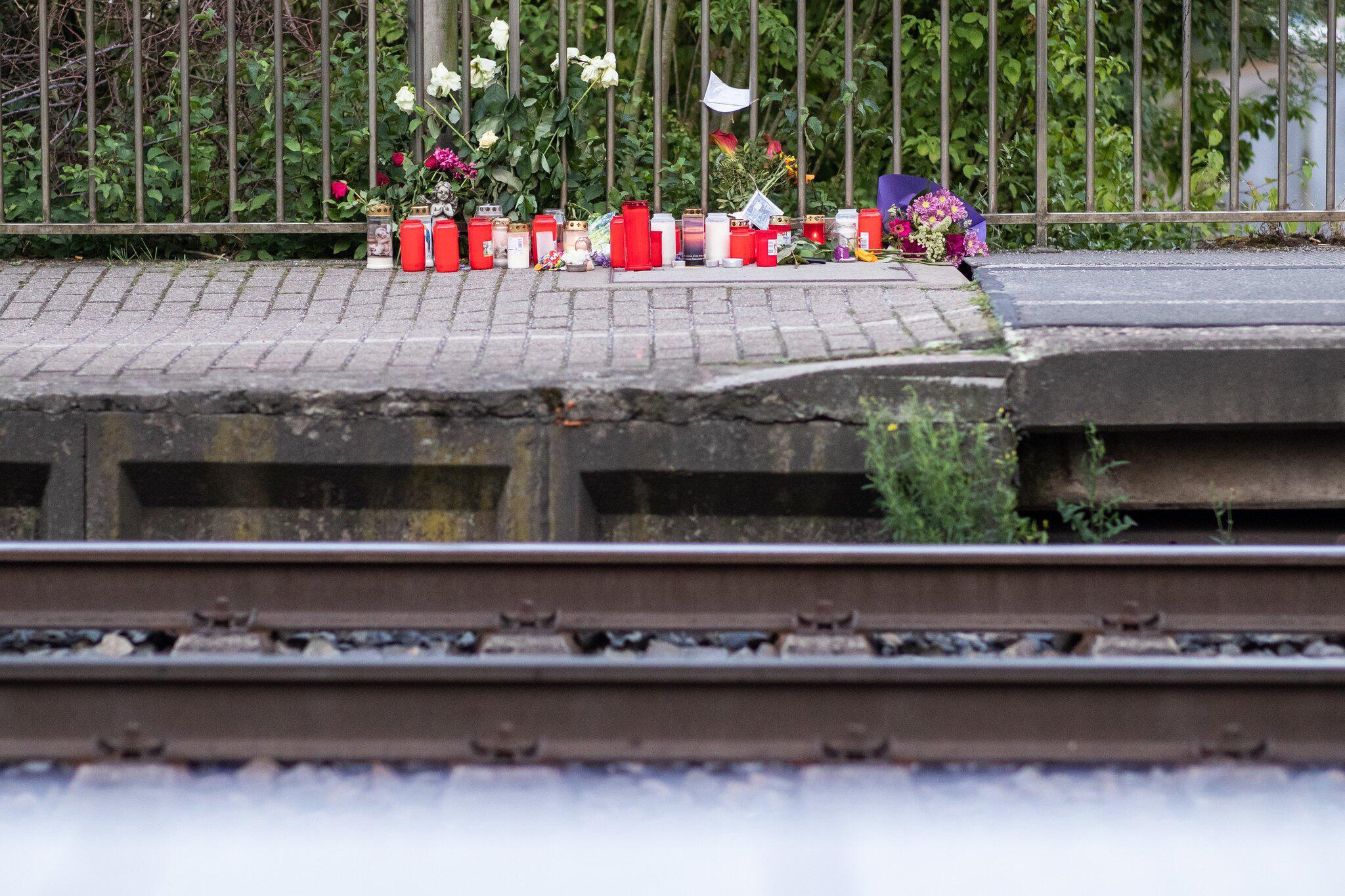 Bild zu Frau vor Zug gestoßen und getötet