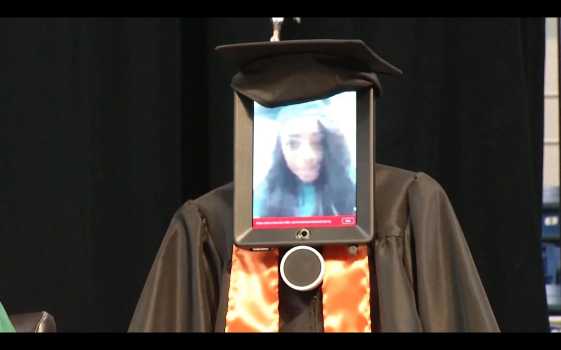 Bild zu Mädchen, Roboter, Abschlussfeier,