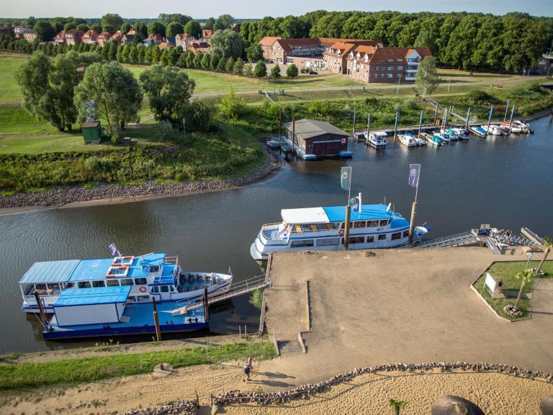 Bild zu Ausflugsdampfer und Motorboote auf der Elbe