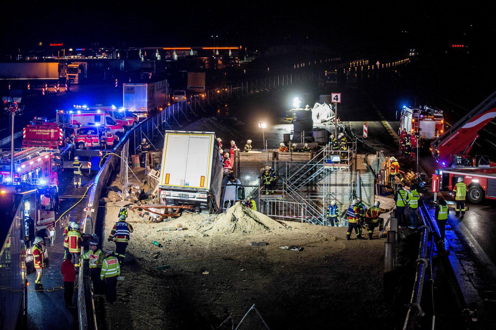 Bild zu Laster kracht auf A8 bei Stuttgart in Tunnelbaustelle