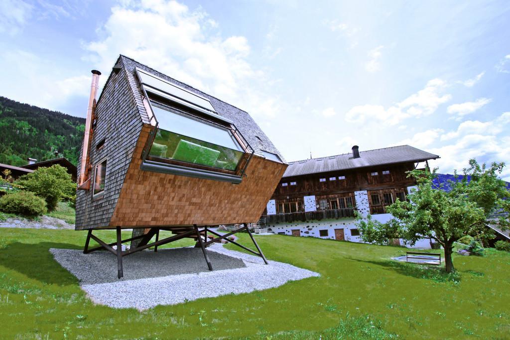 cooles bild wohnzimmer:Bild zu Die extravagante Alpen-Hütte wurde auf Stelzen gebaut.