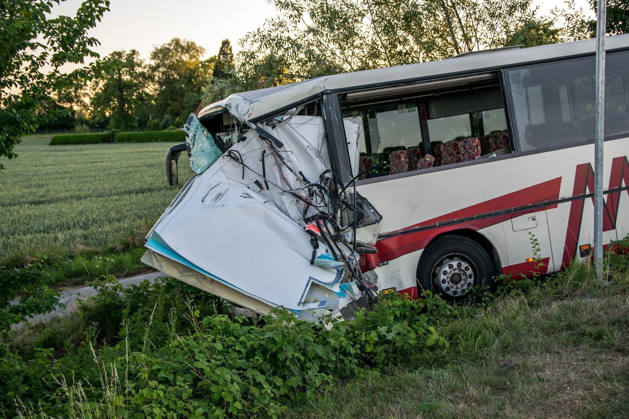 Bild zu Busunfall in Schleswig-Holstein: Viele Kinder verletzt