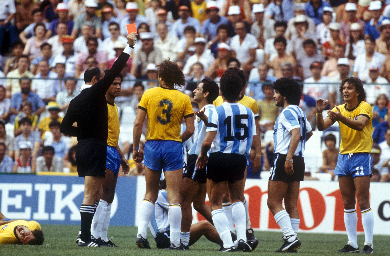 Bild zu Diego Maradona, WM 1982, Argentinien, Brasilien, Mario Rubio Vazquez, Rote Karte, Platzverweis