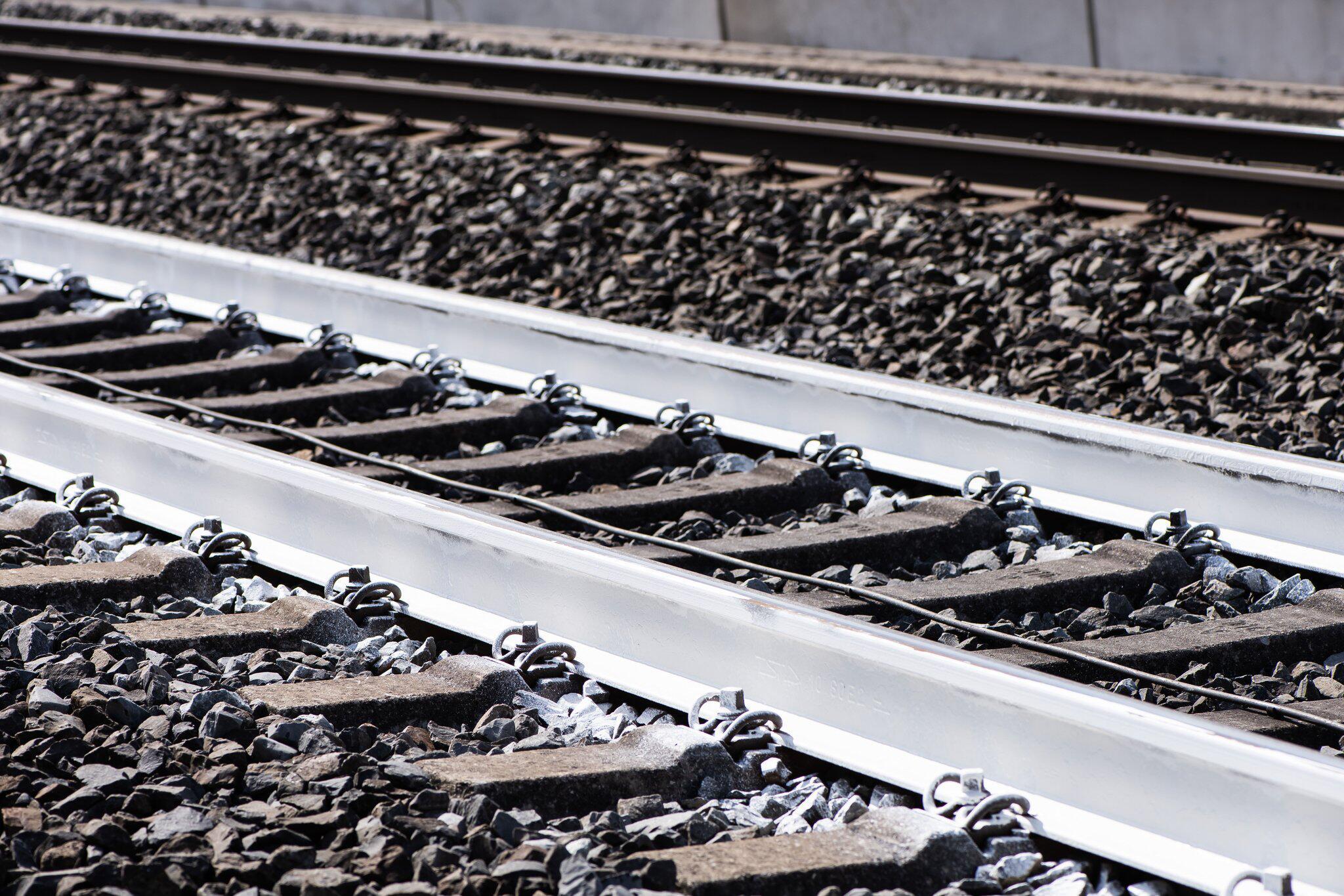 Bild zu Bahn testet weiße Schienen gegen Hitze