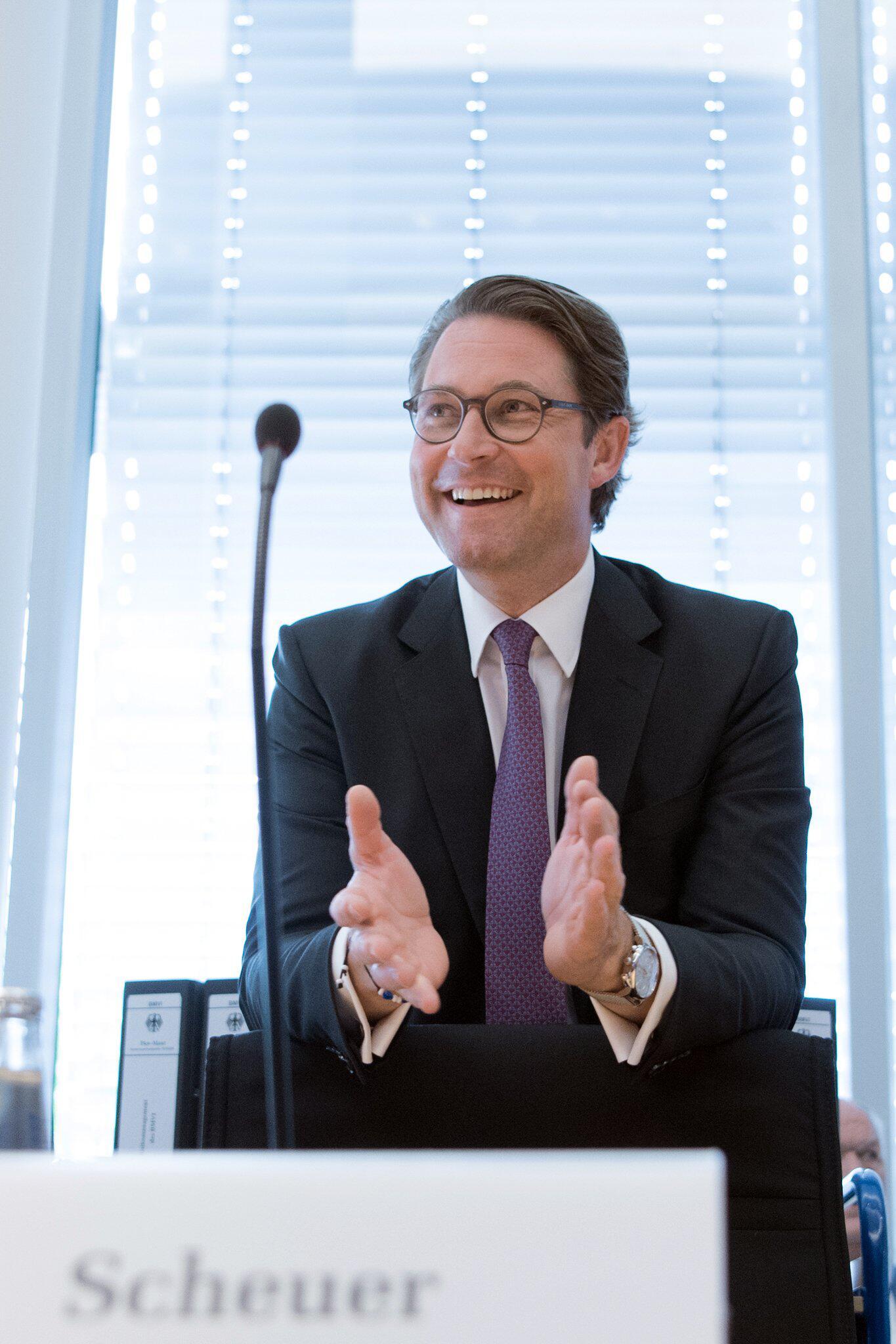 Bild zu German Minister of Transport in Bundestag