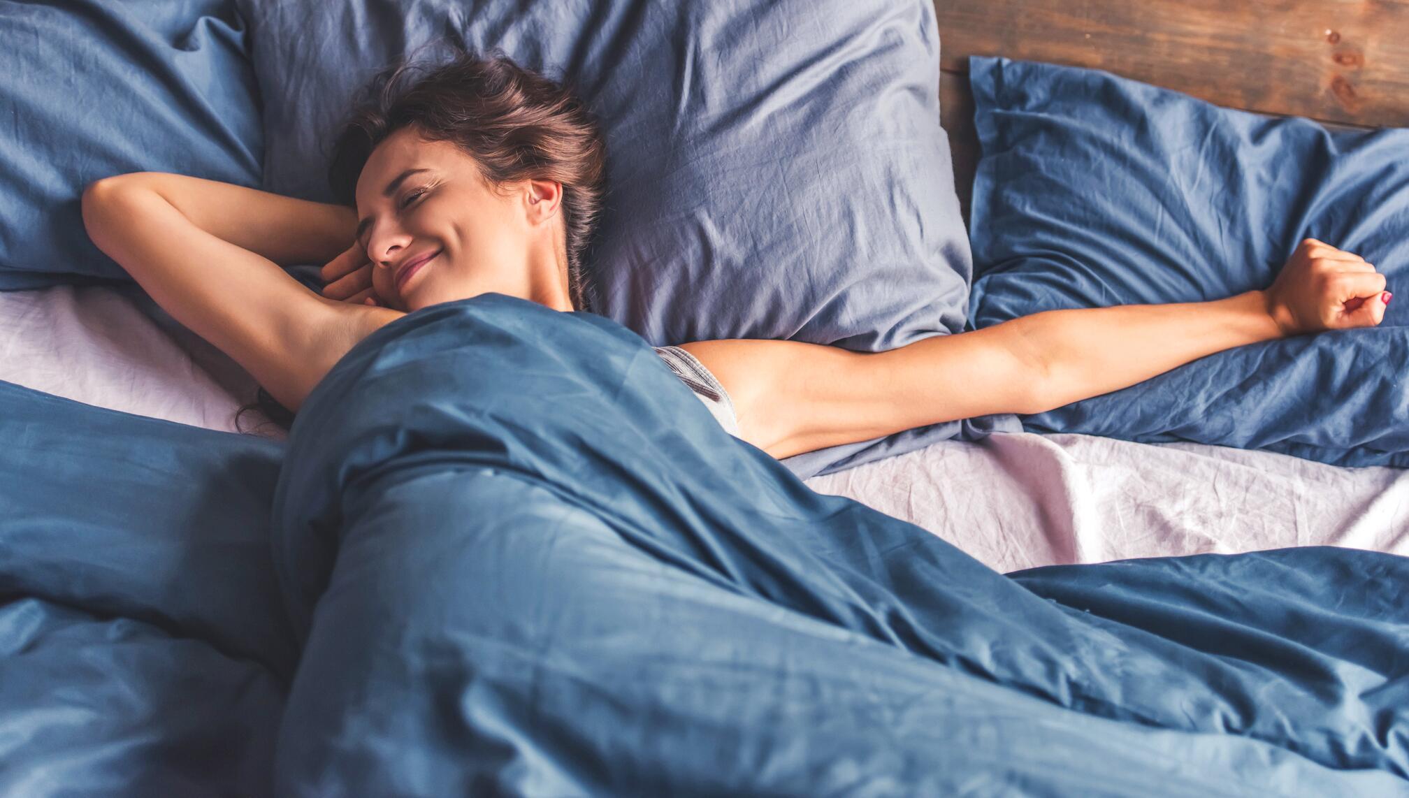 Bild zu schlaf, schlafen, schnarchen, schlafbrille, schnarchstopper, träume, kissen, tee