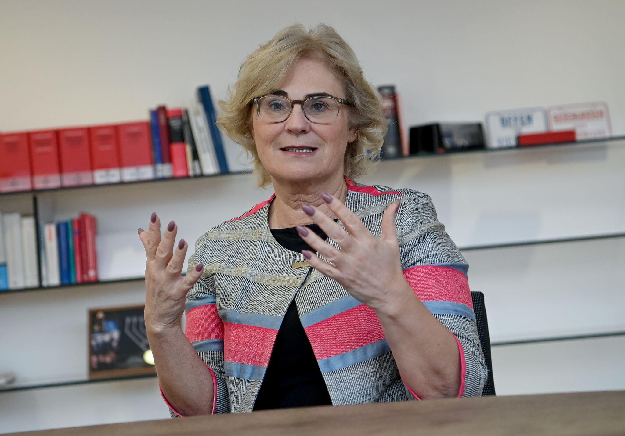 Bild zu Justizministerin Christine Lambrecht