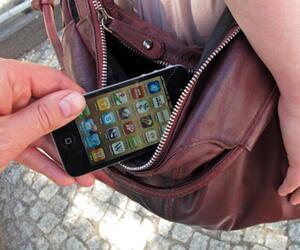 Handy wird aus Tasche geklaut