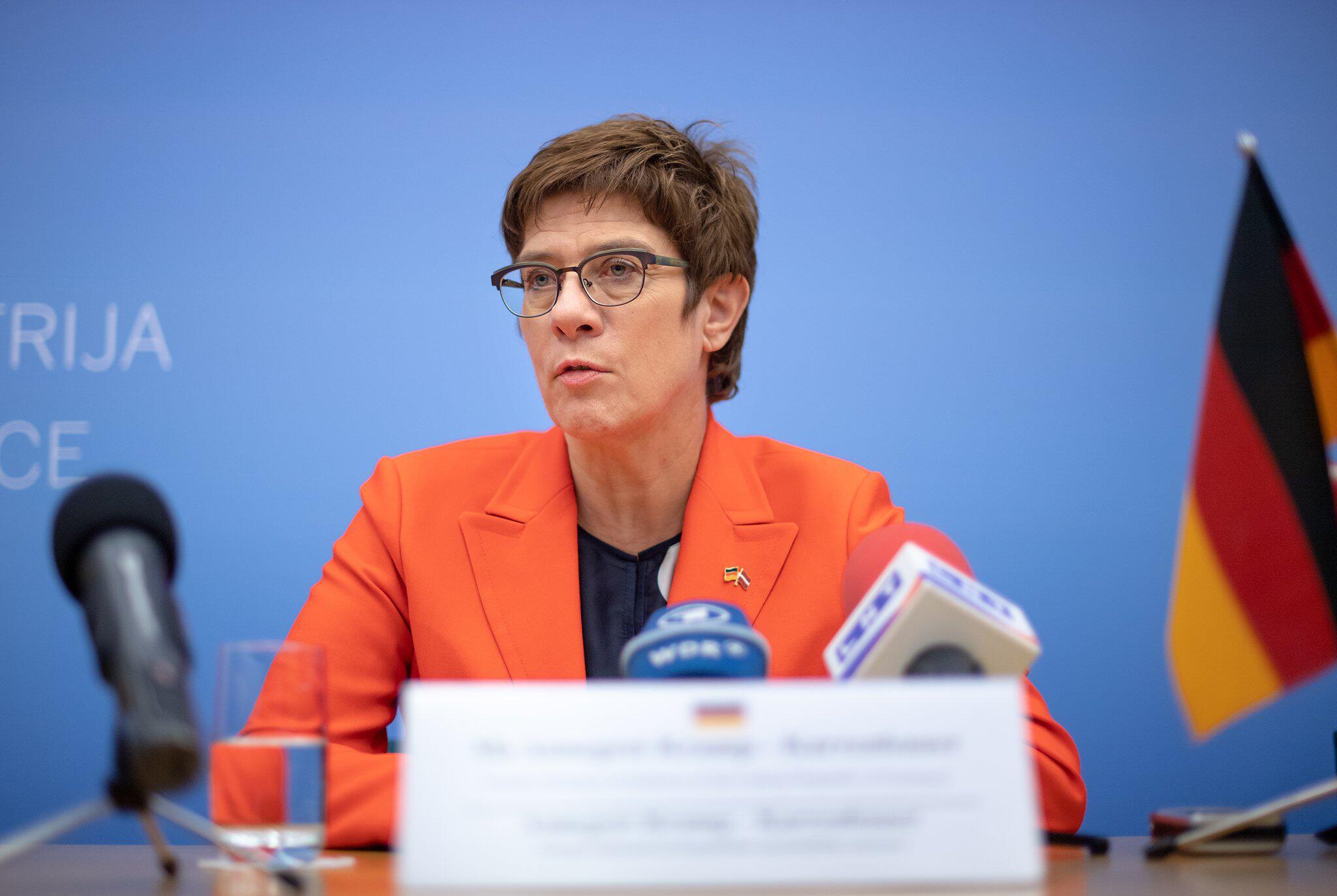 Bild zu Verteidigungsministerin zu Besuch in Lettland
