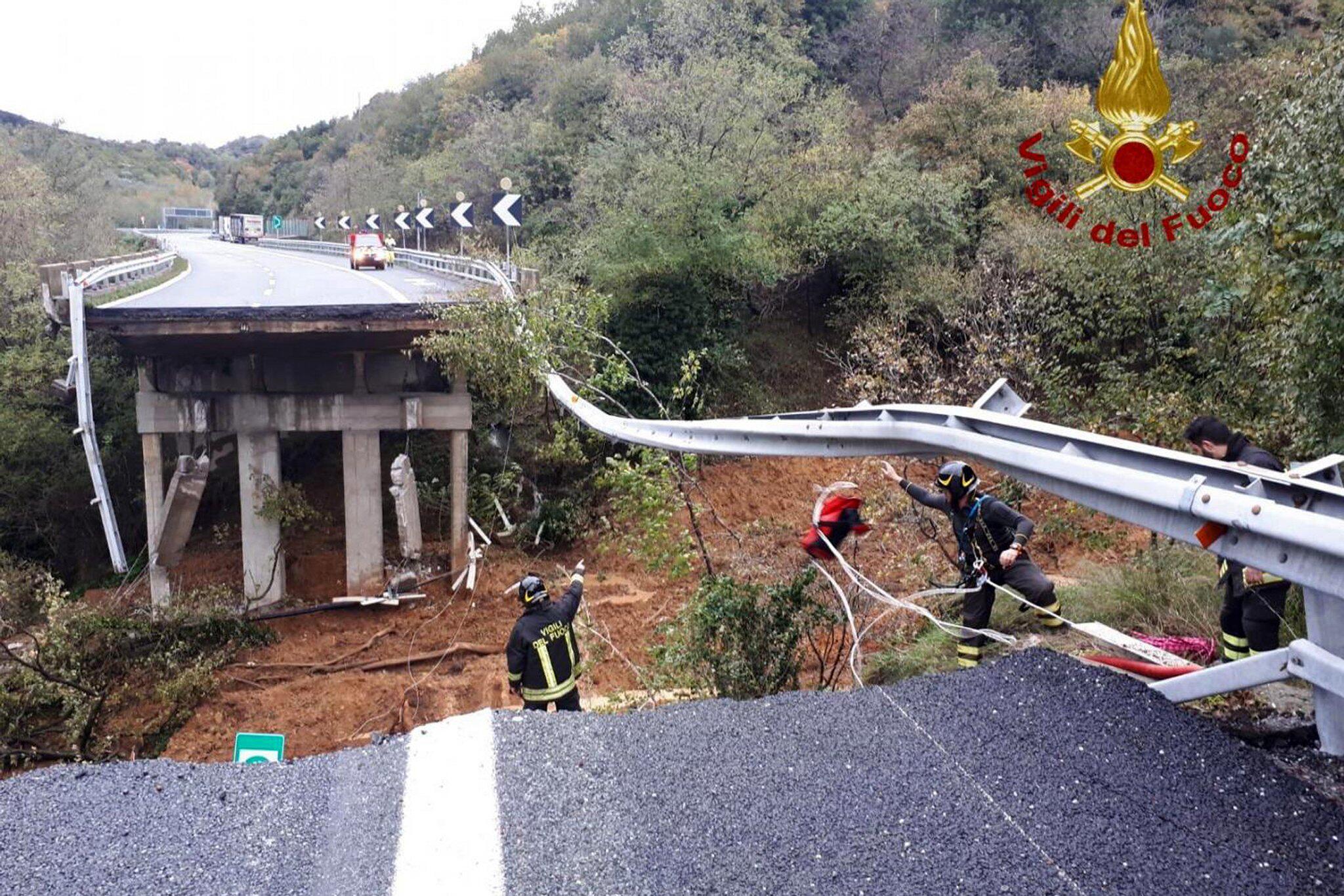 Bild zu Autobahnbrücke nach Unwettern in Italien eingestürzt
