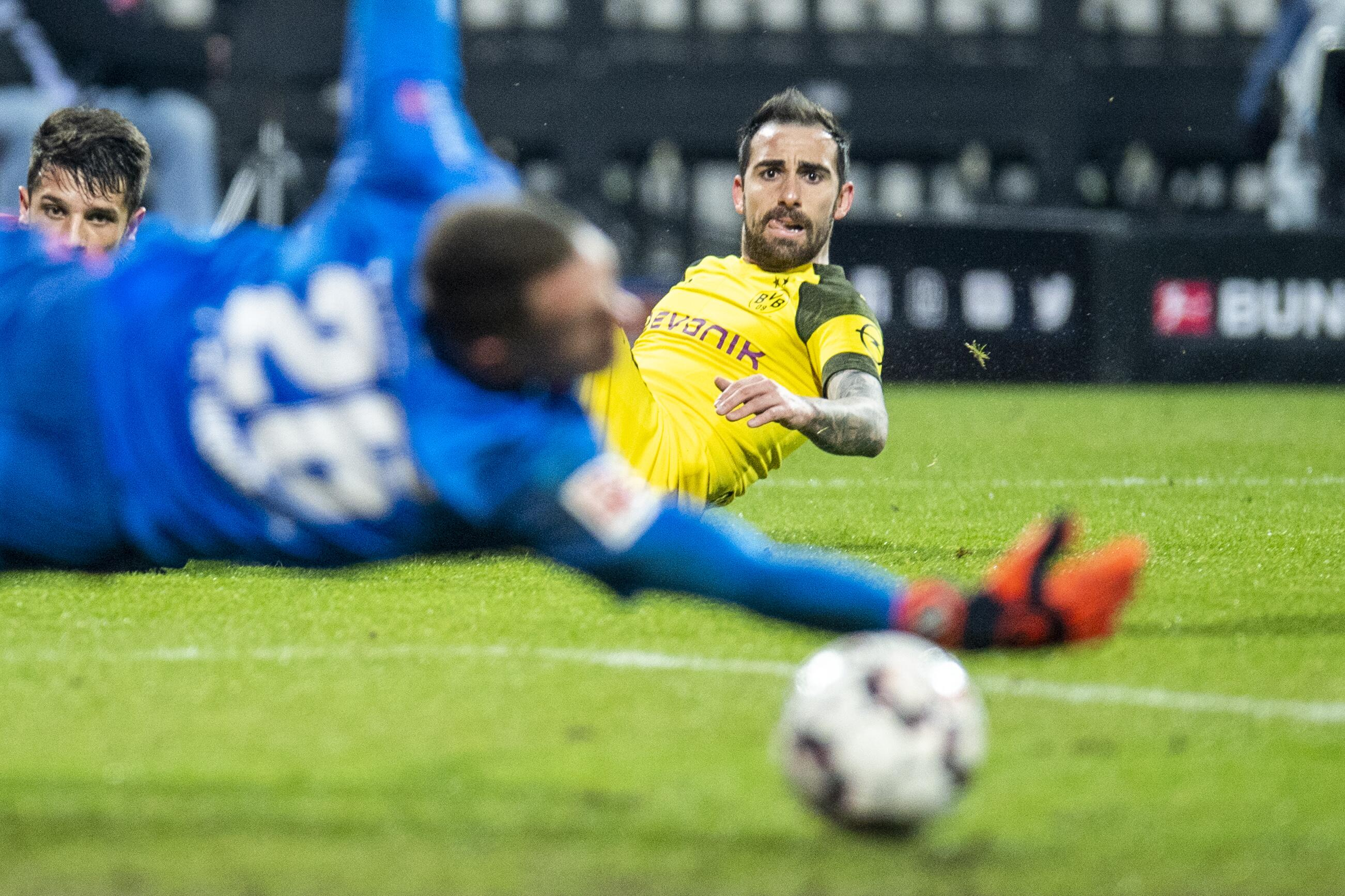 Bild zu Paco Alcacer, Christian Mathenia, 1. FC Nürnberg, Borussia Dortmund, Bundesliga