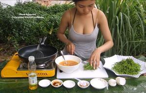 Kochende Asiatin begeistert bei YouTube - nicht nur wegen der leckeren Speisen...