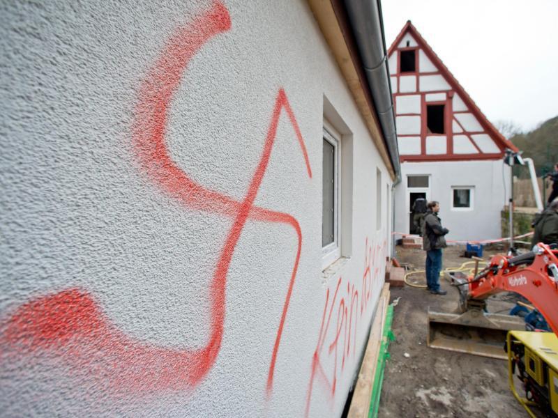 Bild zu Hakenkreuz an einer Hauswand in Vorra