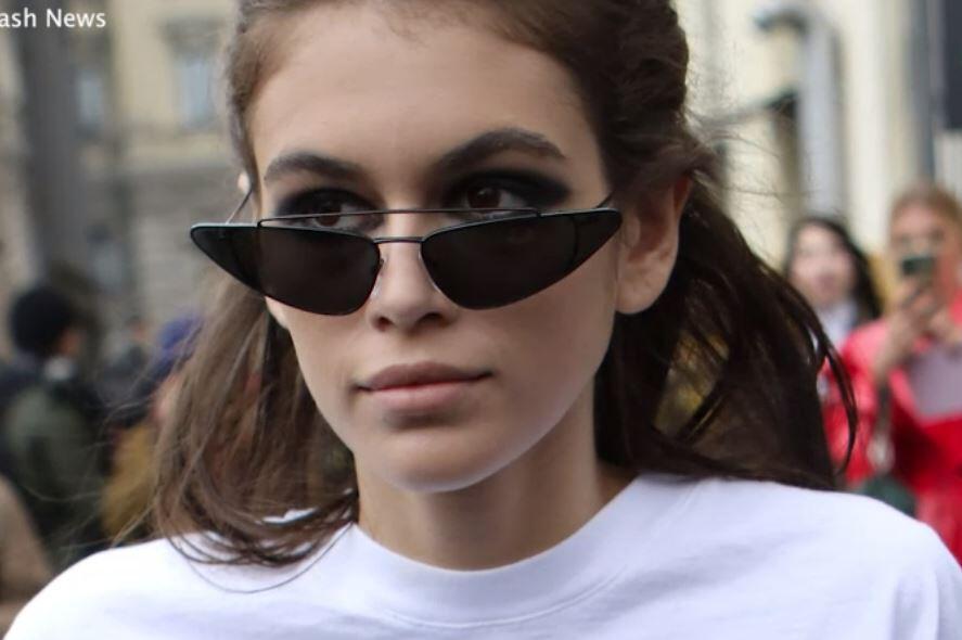 Bild zu Kaia Gerber: Besorgnis erregende Bilder von der Paris Fashion Week
