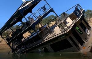 Hausboot sinkt