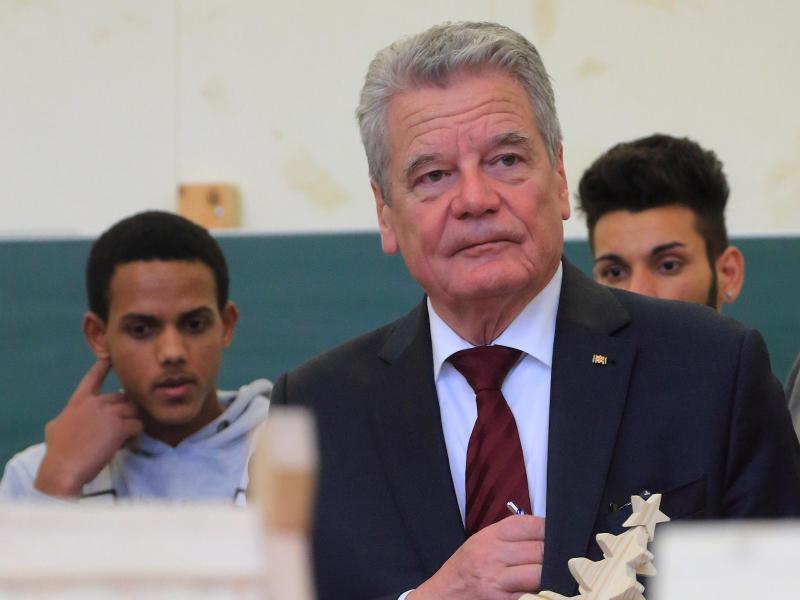 Bild zu Gauck besucht Flüchtlinge