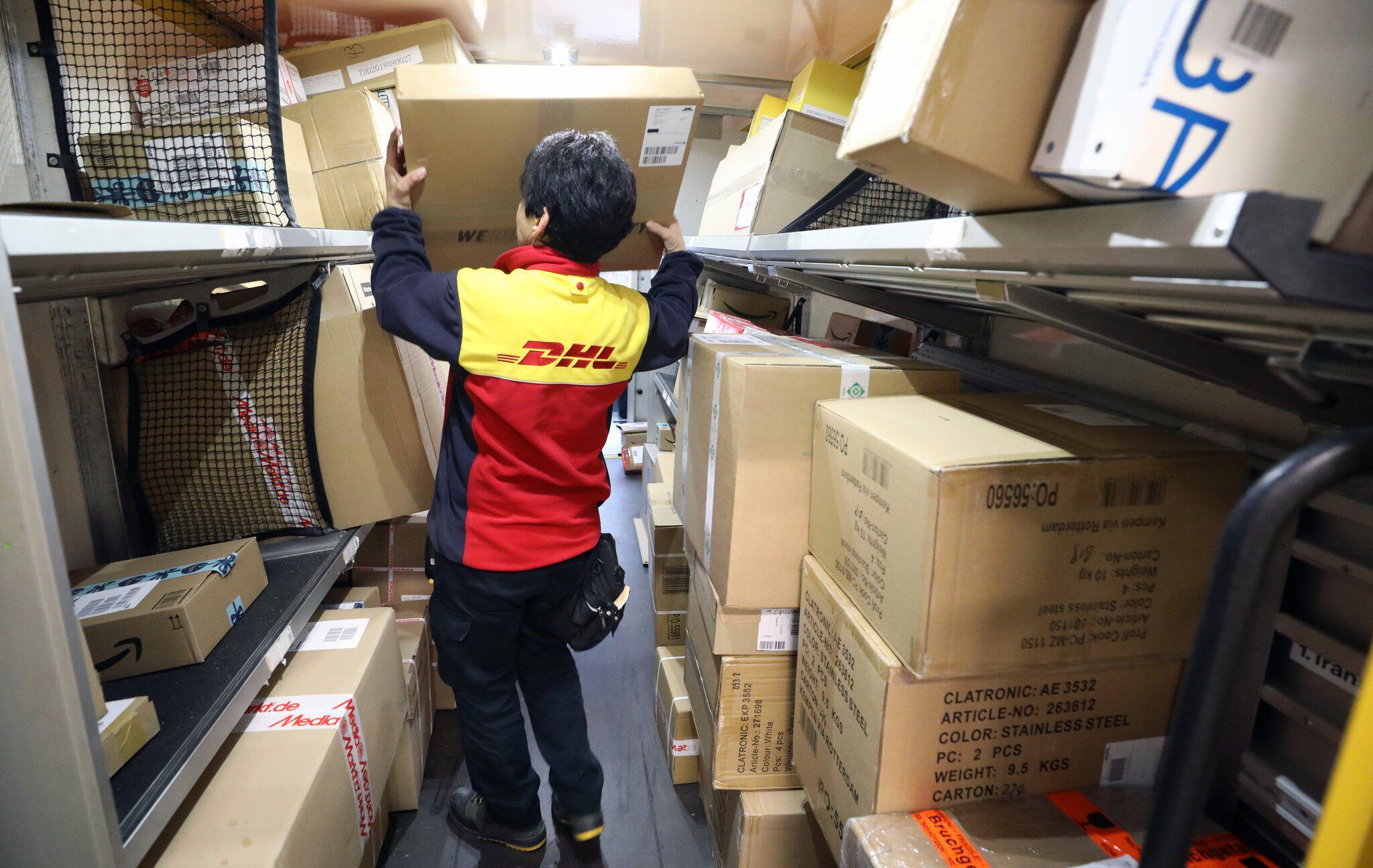 Bild zu DHL-Paketdienst im vorweihnachtlichen Hochbetrieb