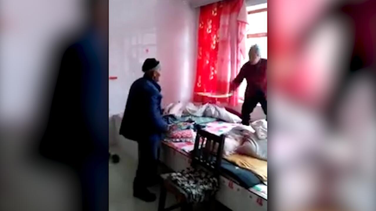 Bild zu Ehestreit mit Waffen: Chinesisches Paar liefert sich Stockkampf ums Bett