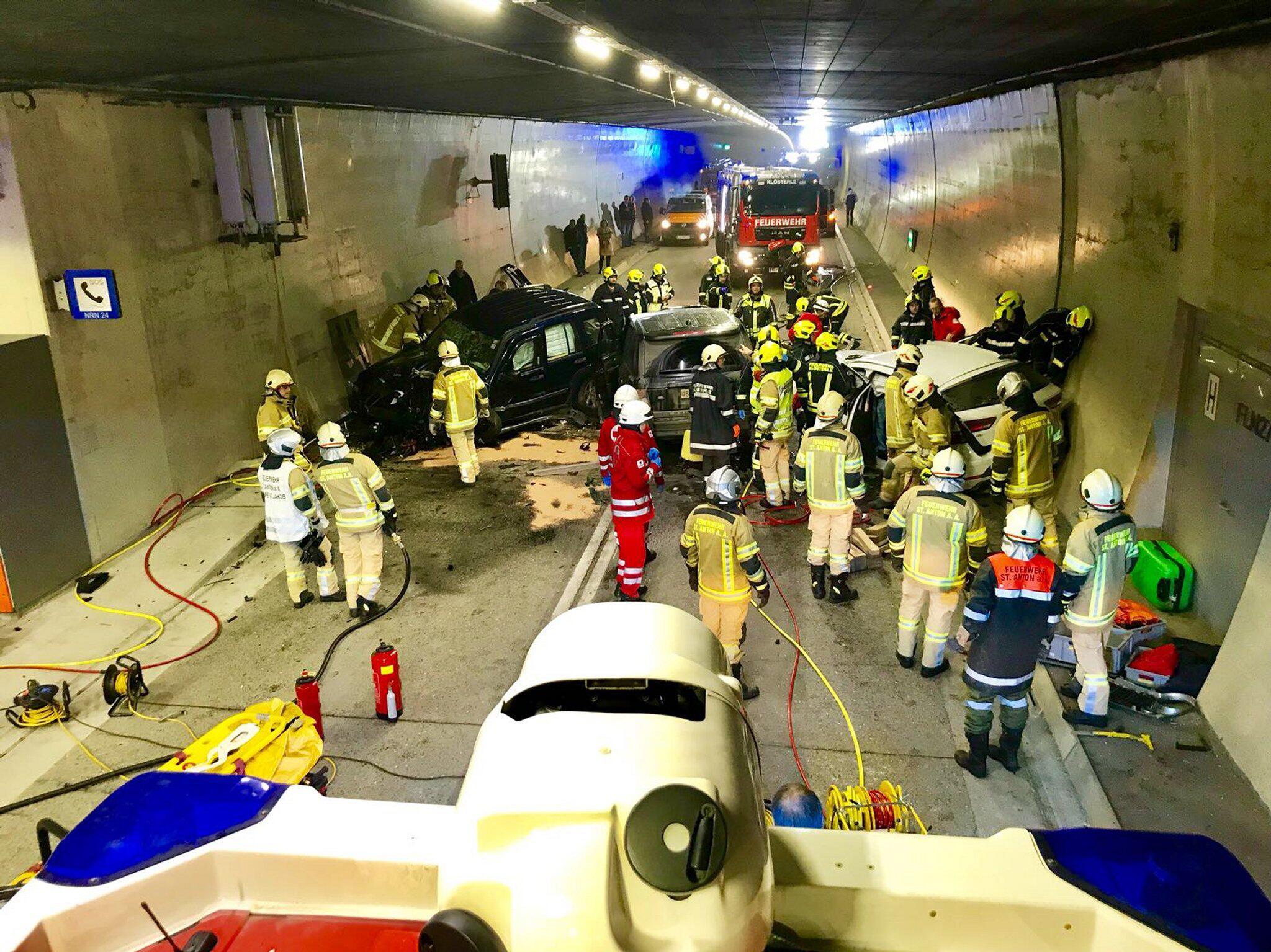 Bild zu Unfall im Arlbergtunnel in Österreich