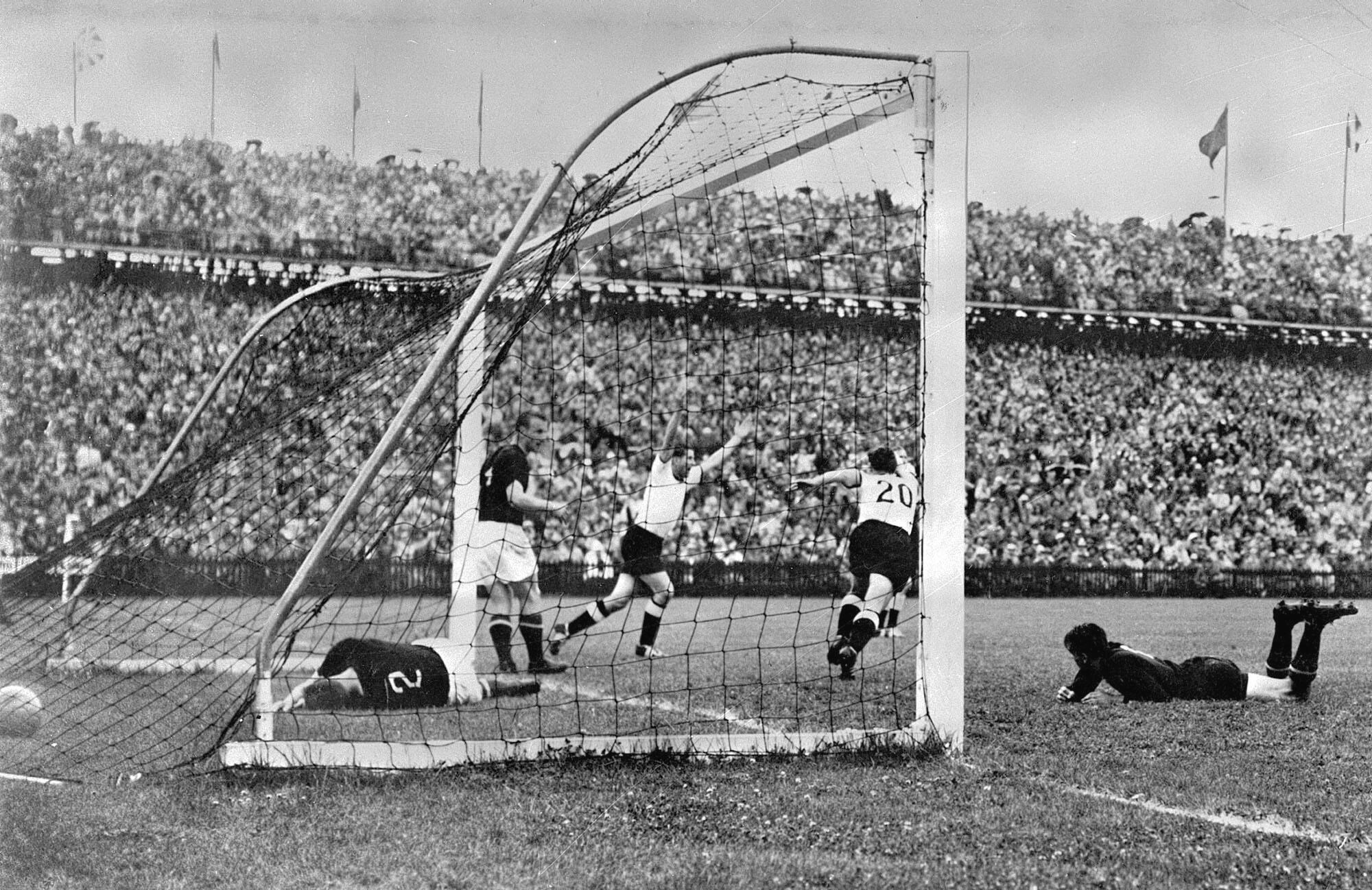 Bild zu WM 1954, Bern, Schweiz, Deutschland, Ungarn, Endspiel, Finale, Bern, Helmut Rahn