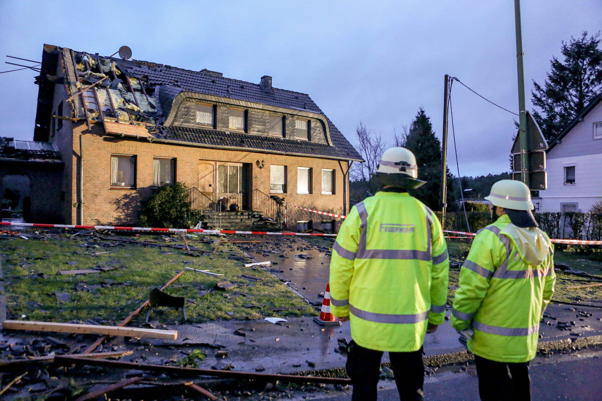 Bild zu Tornado-Wind deckt in Roetgen Dächer ab - ein Verletzter