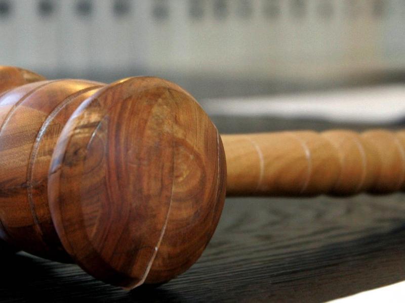 Bild zu Hölzerner Hammer auf Richterbank
