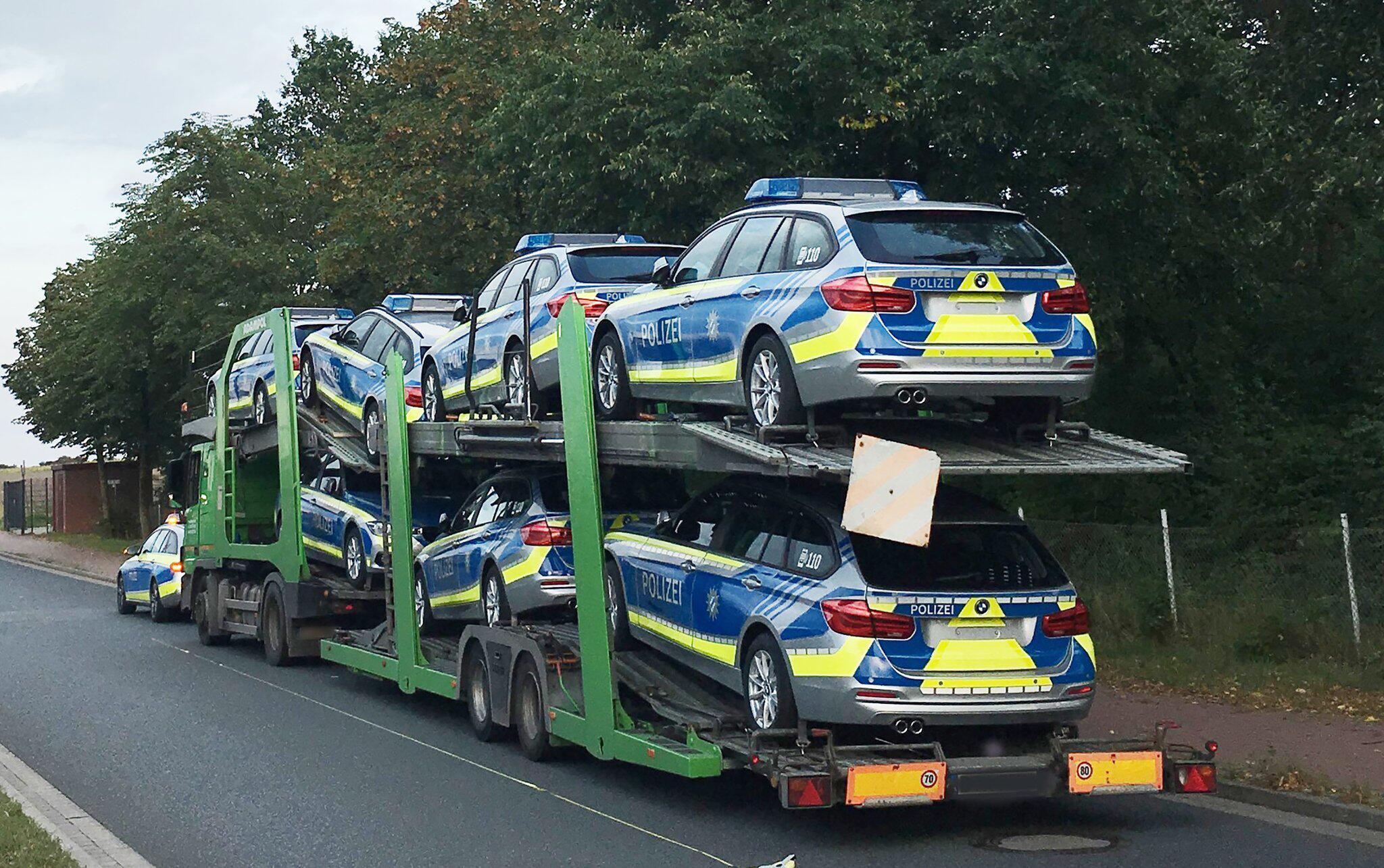 Bild zu Polizei stoppt Autotransporter mit Streifenwagen