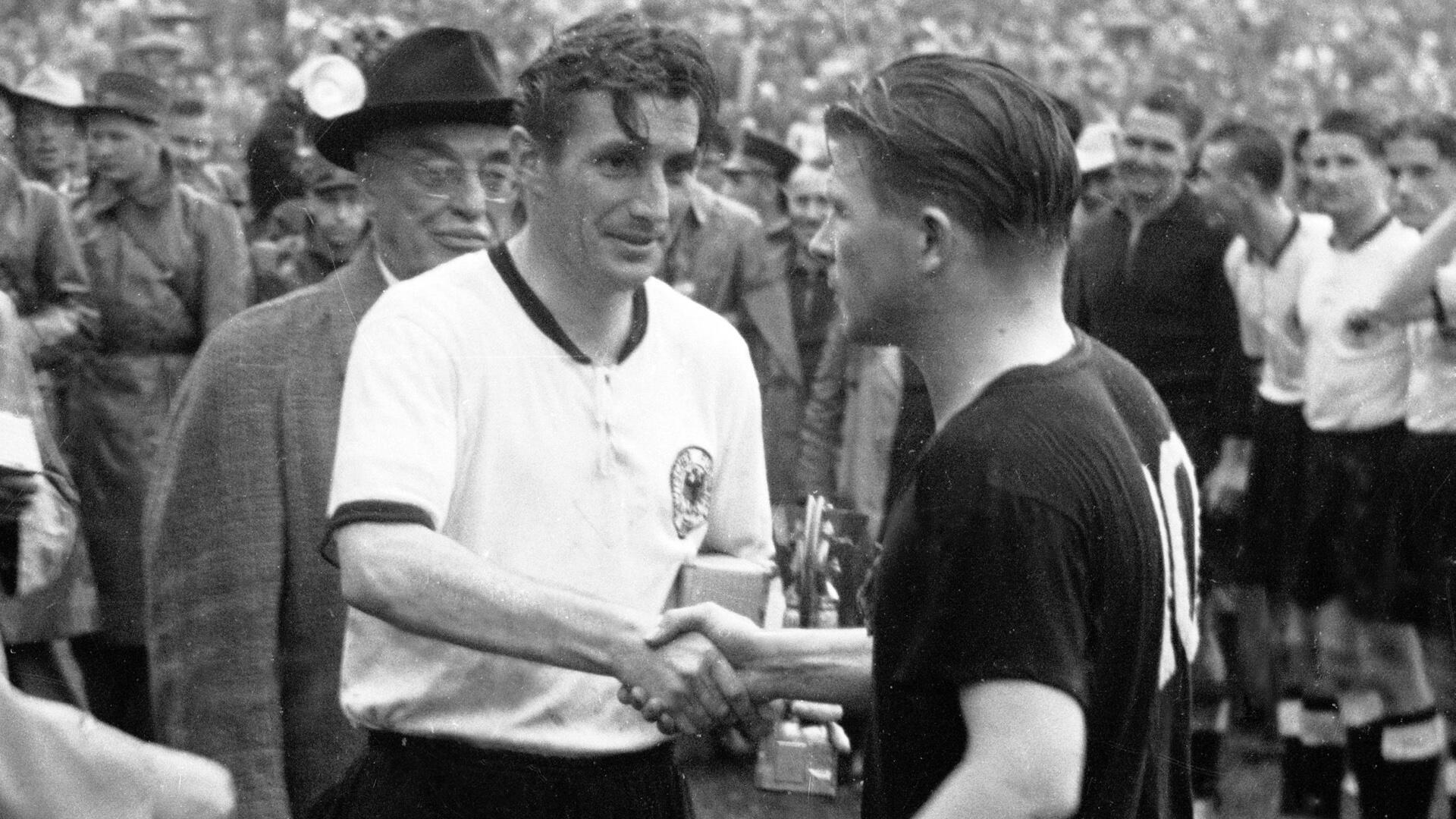 Bild zu WM 1954, Bern, Fritz Walter, Ferenc Puskas, Gratulation, Endspiel, Pokal, Deutschland, Ungarn