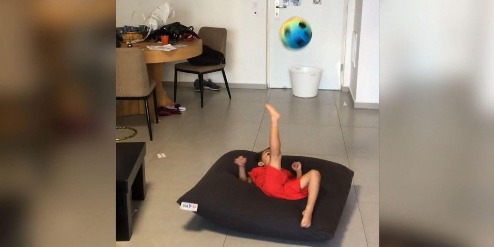 Bild zu Kick it like Ronaldo: Dieser kleine Fußballer ist der Wahnsinn