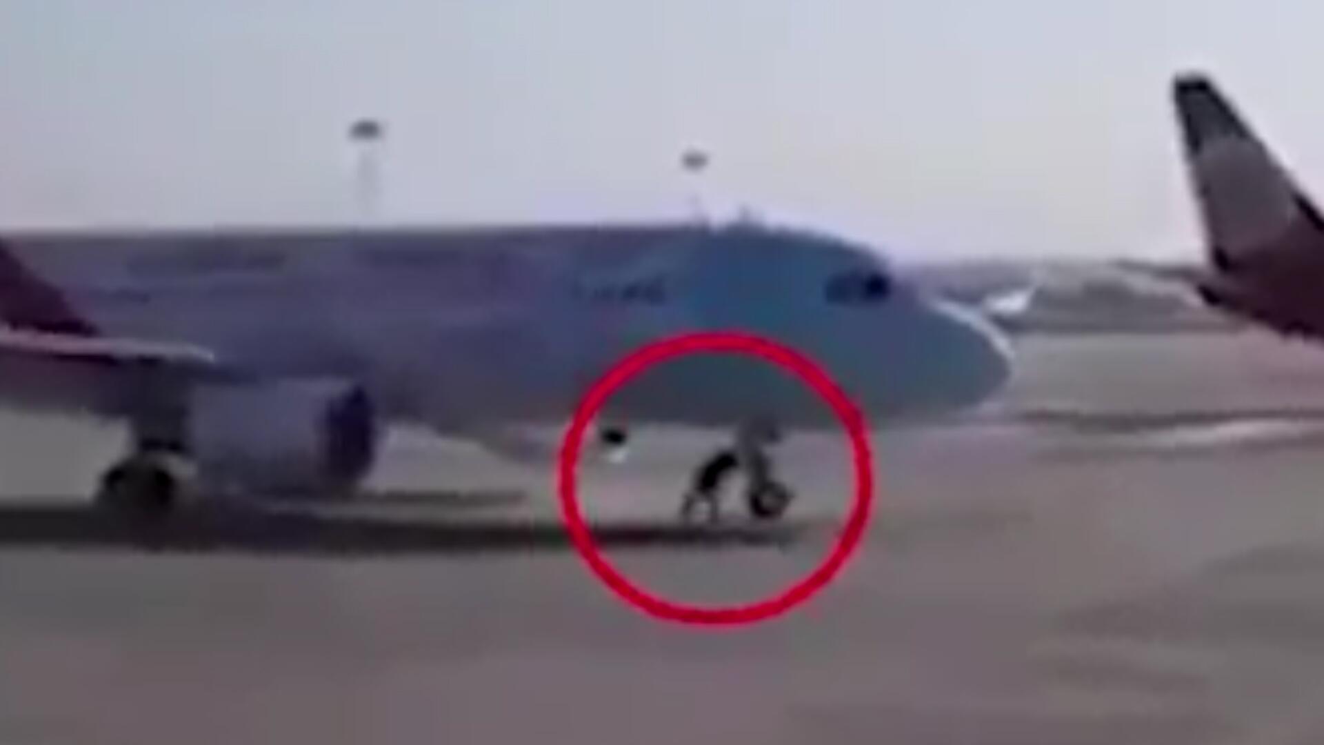 Bild zu China: Flughafen-Mitarbeiter stoppt rollende Airbus-Maschine mit bloßen Händen