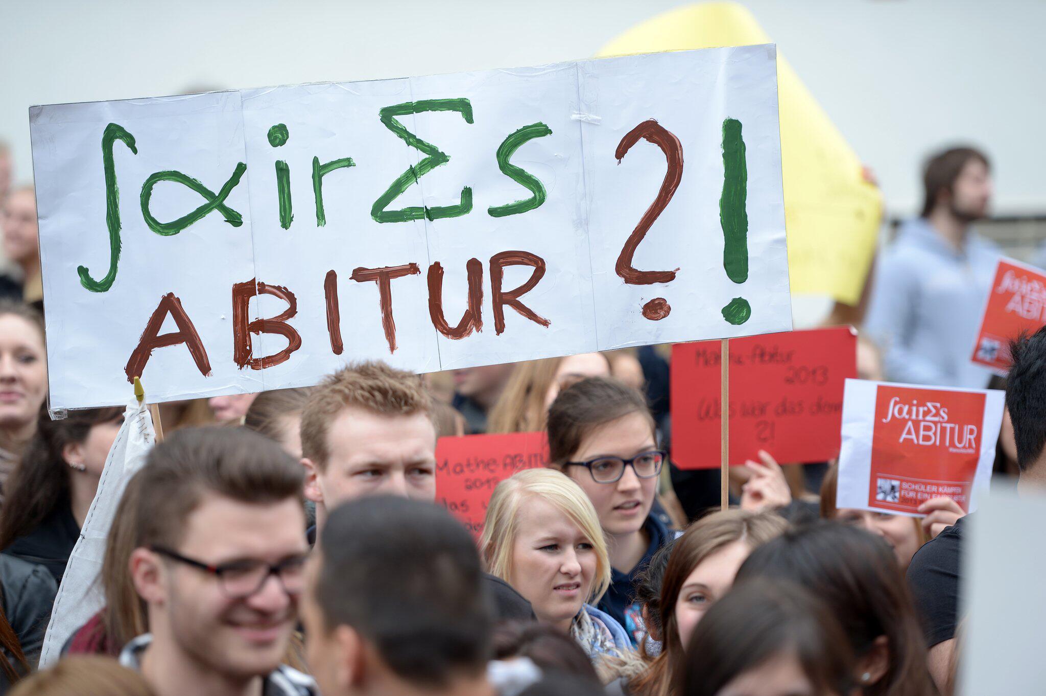 Bild zu Schüler protestieren gegen Mathe-Abitur