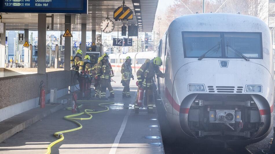 Brand ICE Zug im Hauptbahnhof Hannover