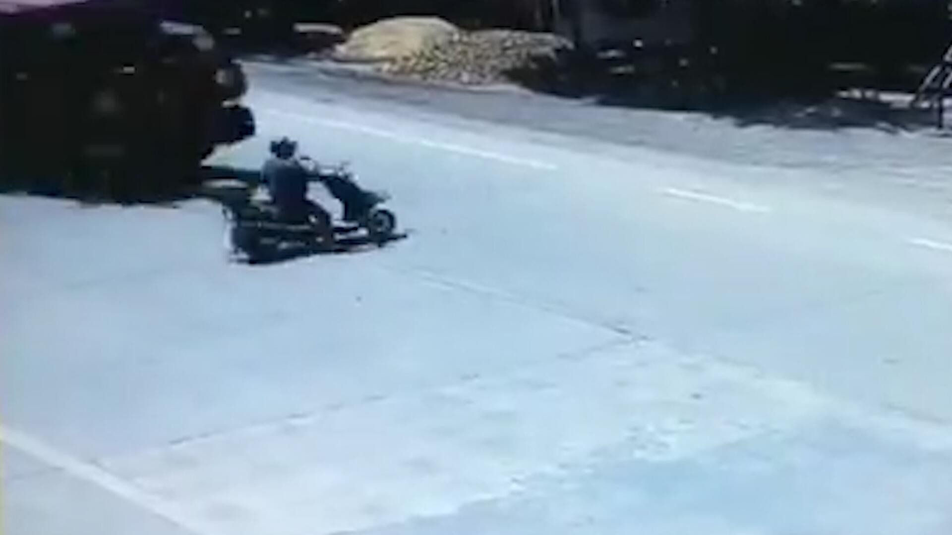 Bild zu Glück gehabt: Rollerfahrer wird von LKW überrollt und überlebt