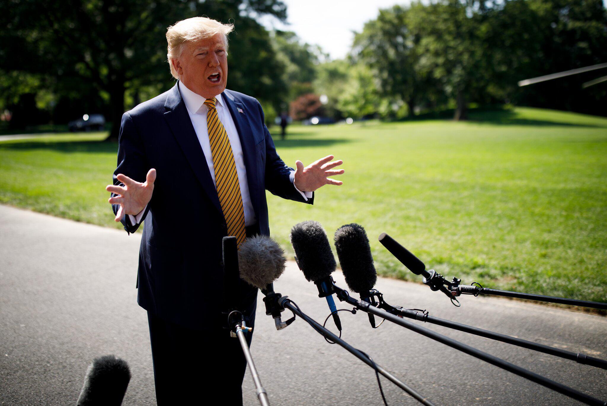 Bild zu Trump spricht vor der Presse