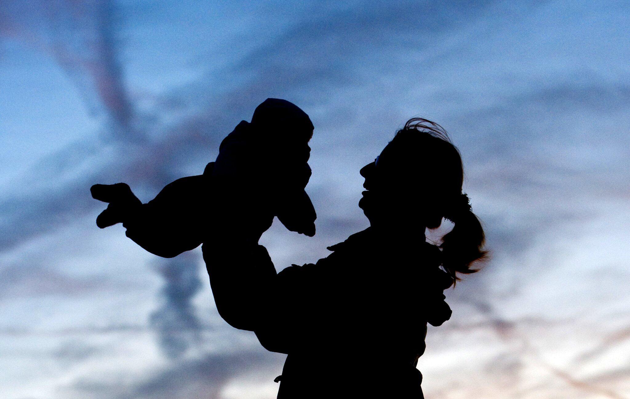 Bild zu DIW-Studie: Gute Bildung der Mütter verlängert Kindern das Leben