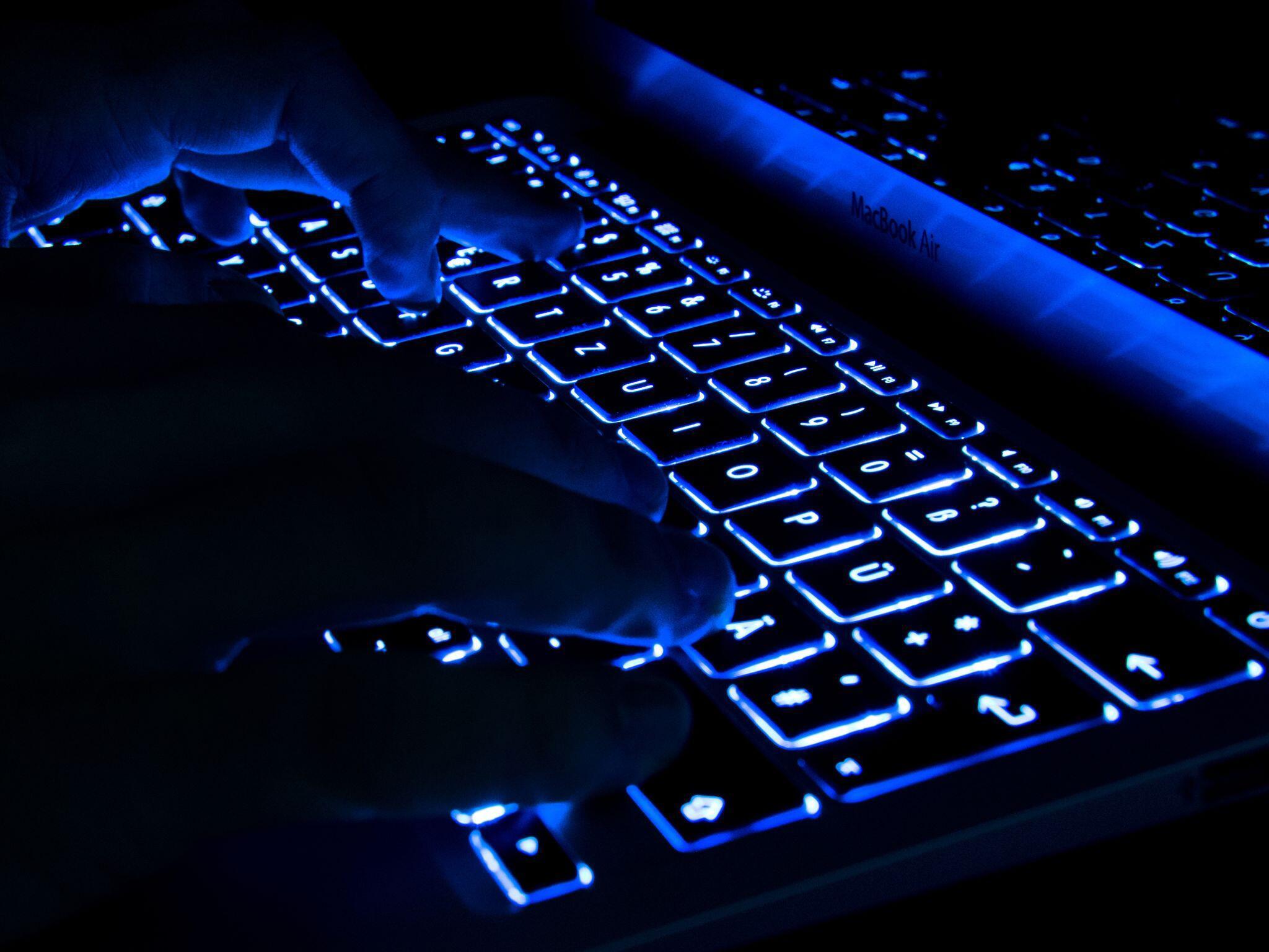 Bild zu Computertastatur im Dunkeln