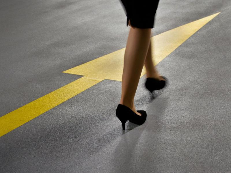 Bild zu Eine Frau folgt einem Pfeil