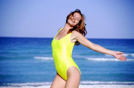 Frau lachend am Strand