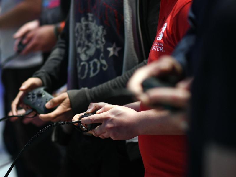 Bild zu Gamer mit Controller