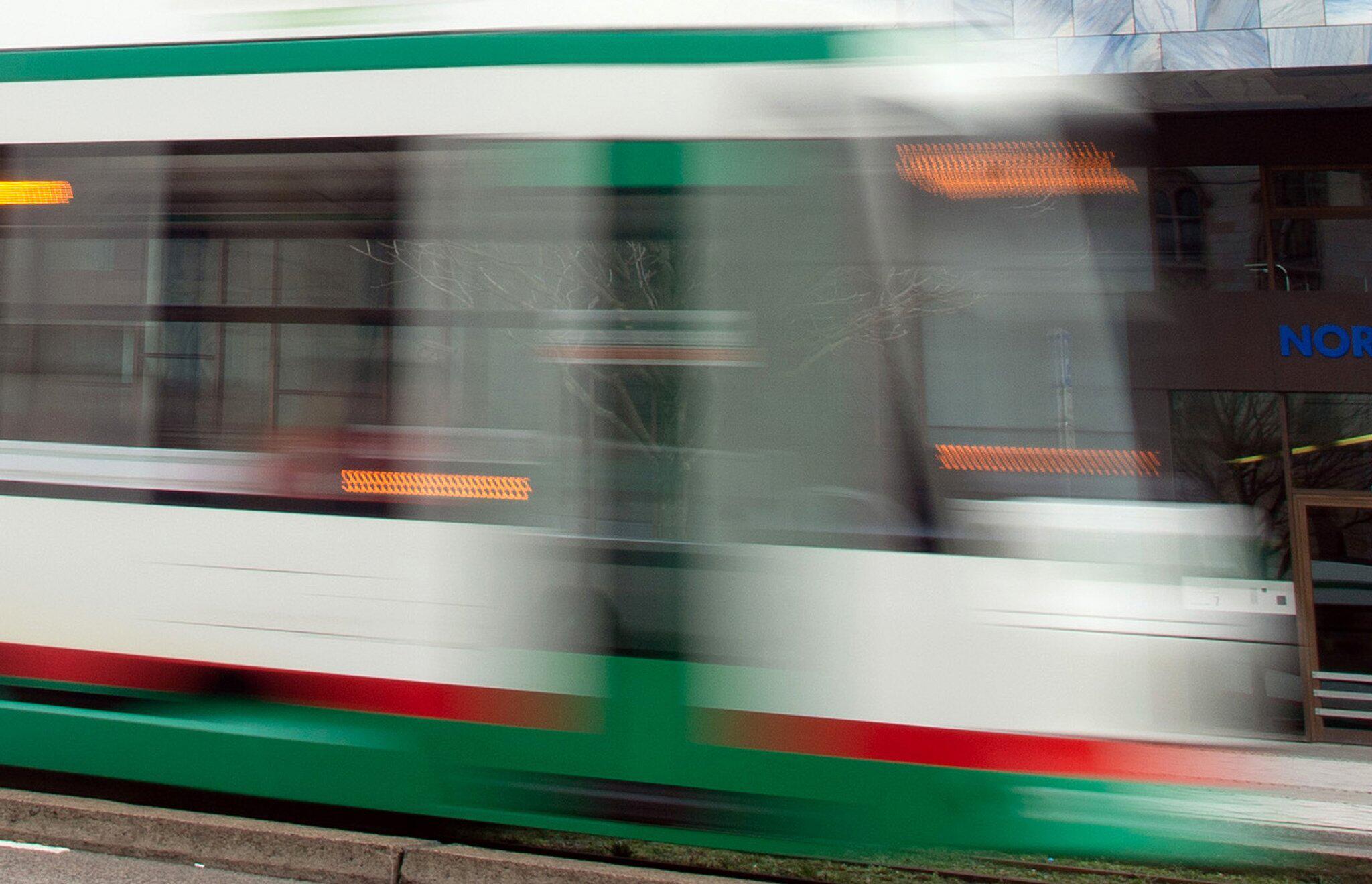 Bild zu Mann in Lebensgefahr - erste Hinweise nach Straßenbahn-Attacke