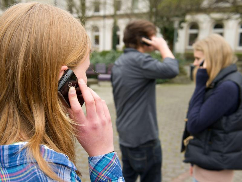 Bild zu Schüler telefonieren