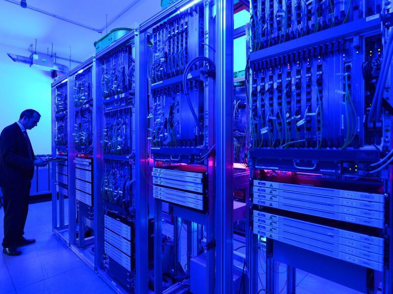 Bild zu Arbeit im Serverraum