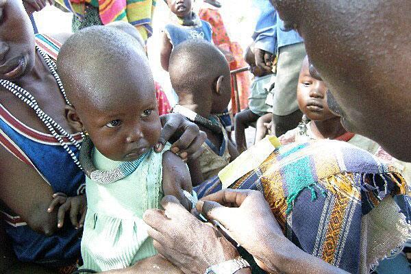 Bild zu Kind wird geimpft