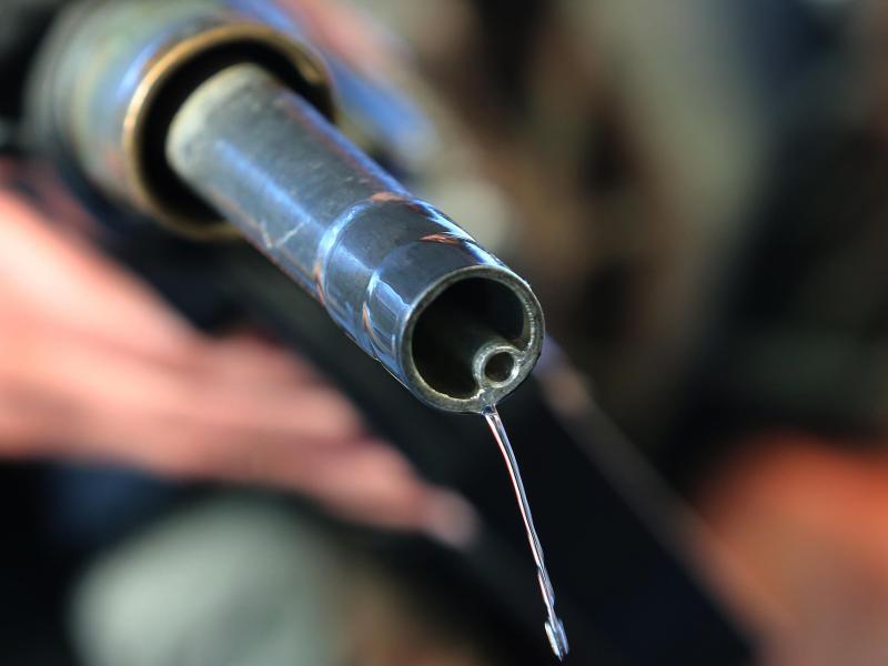 Bild zu Benzin fließt aus einer Zapfpistole