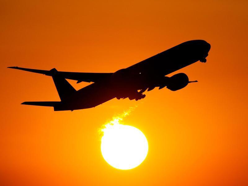 Bild zu Flugzeug vor einem Sonnenuntergang