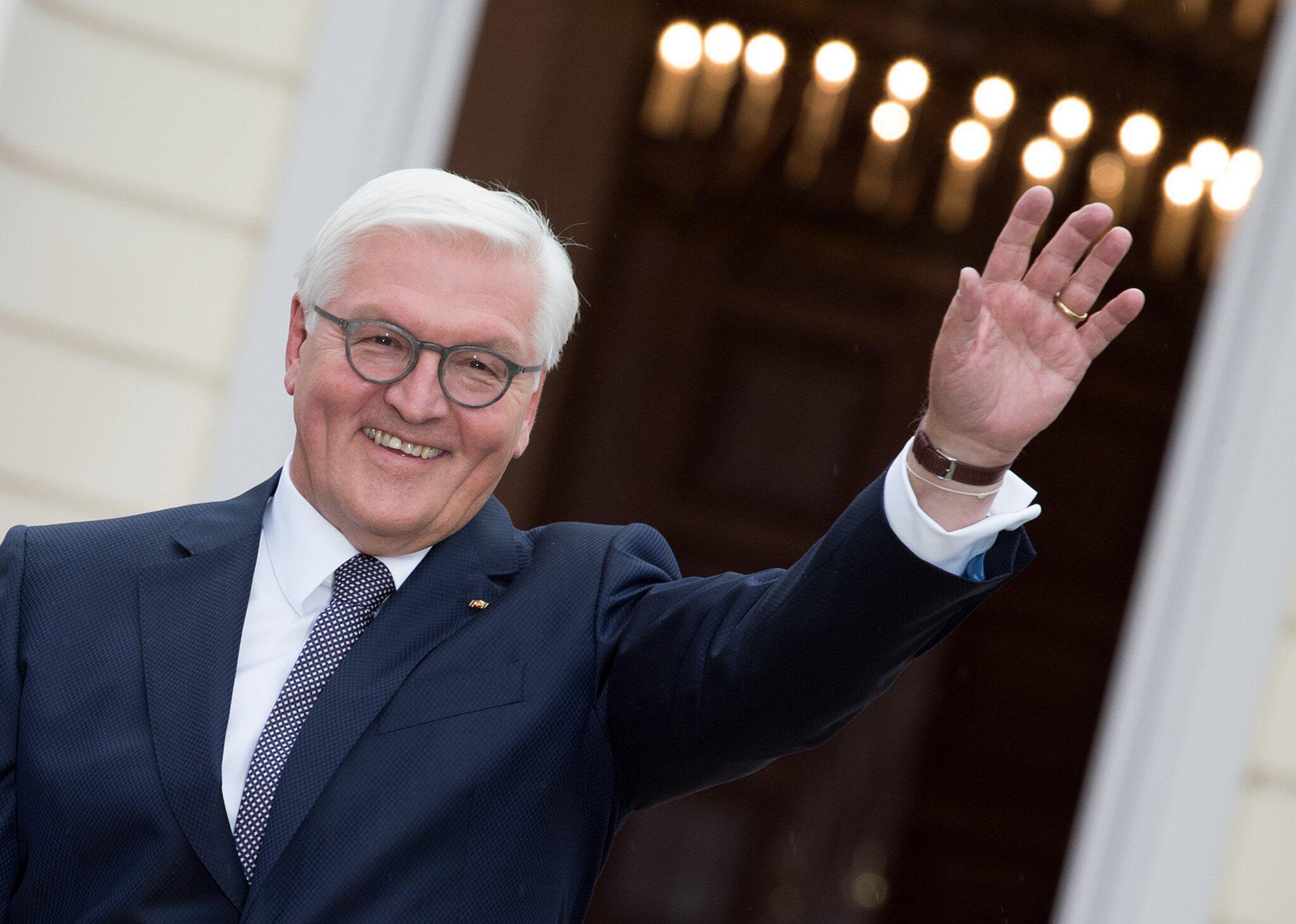Bild zu Bundespräsident Steinmeier winkt
