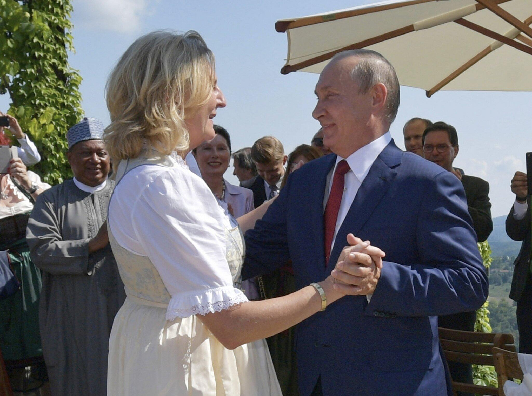Bild zu Putin bei der Hochzeit von Österreichs Außenministerin Kneissl