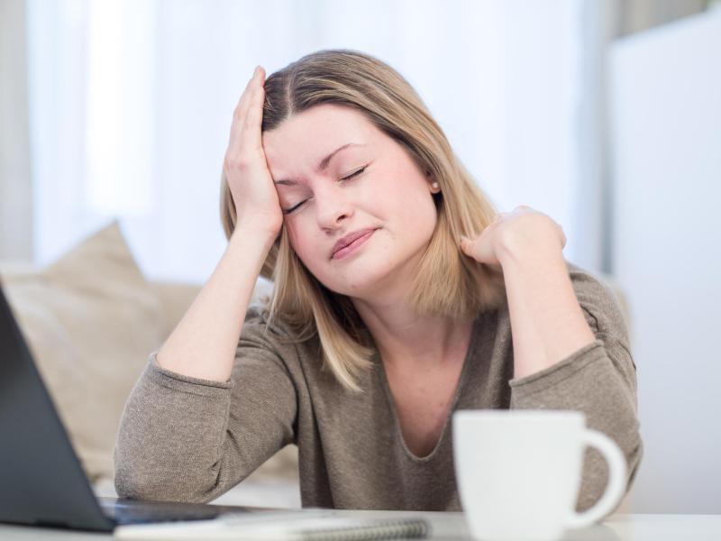 Bild zu Eine Frau mit Kopfschmerzen